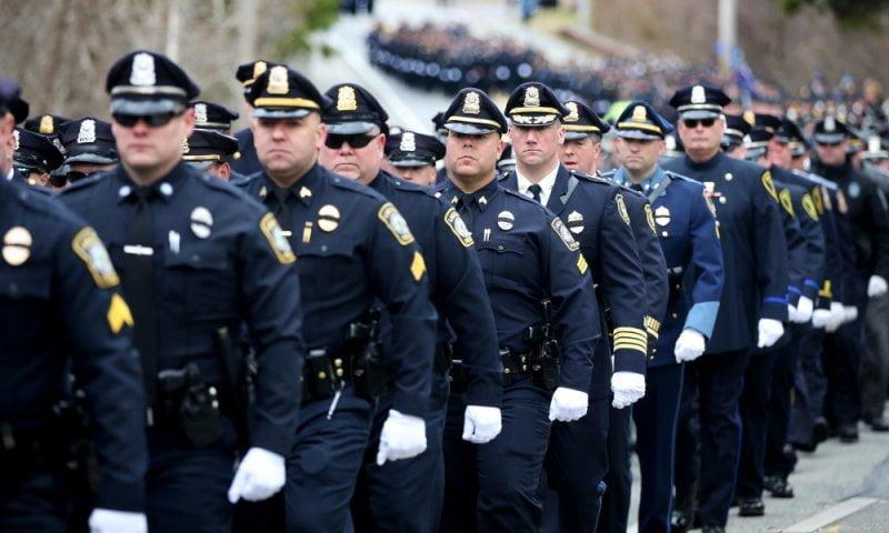 Zašto je policijska uniforma plave boje
