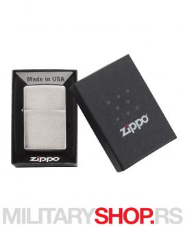 Polirani hrom Zippo upaljač Brushed Chrome ima vrhunsku izradu i prepoznatljiv dizajn. Zato su Zippo upaljači uvek aktuelni i zato se uvek rado koriste.