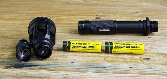 Džepna lampa Nitecore MT42 ima jačinu svetla čak 1800 lumena. Maksimalna daljina do kojie svetlosni snop dopire iznosi 470 metra.